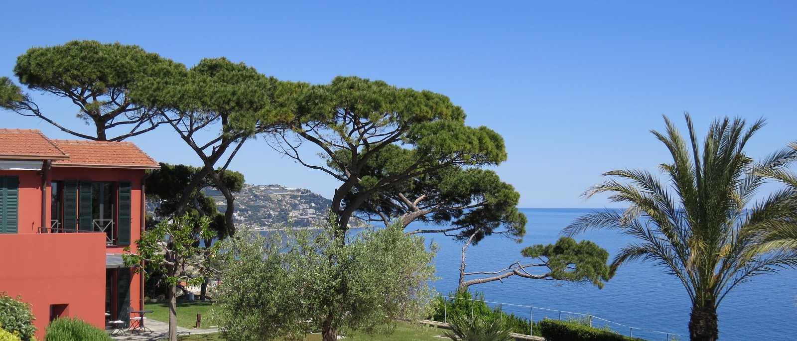 Bordighera, villa con piscina riscaldata e prato sovrastante il mare