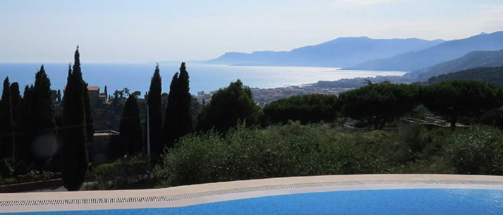 Bordighera, villa  con  piscina ed  elisuperficie
