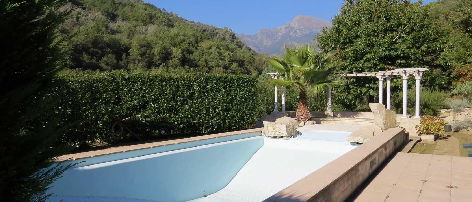 Apricale, villa con piscina
