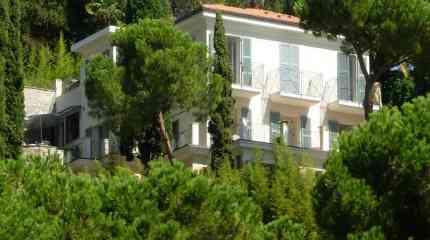Vista frontale della villa immersa nel verde