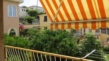 Balcone della cucina con vista su Municipio e piante di limoni