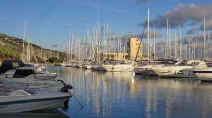 La torretta che ben identifica il porto di Marina degli Aregai