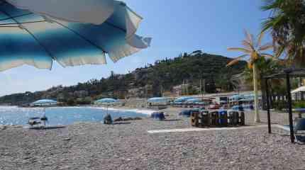 Spiaggia con panorama su pineta e Bordighera Alta