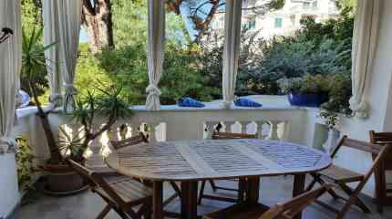 Il patio con accesso diretto al giardino
