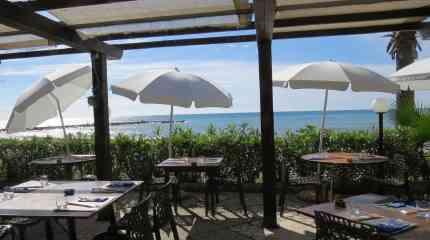 Dehor ristorante direttamente sulla spiaggia