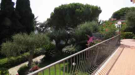 Balcone e terrazza al primo piano nel verde con vista mare