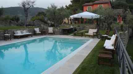 La grande piscina al centro della proprietà
