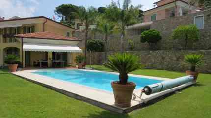 Villetta con piscina circondata dal green