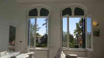 Grandi finestre centinate in stile con l'immobile d'epoca