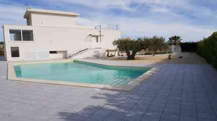 Panorama su villa, piscina e giardino