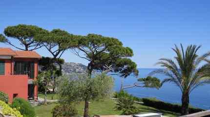 Villa con green e piscina sulla collina bordigotta