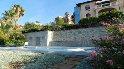 Panorama dal giardino su piscina e villa