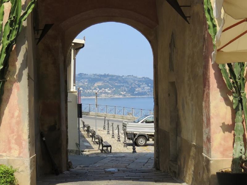 Porta della Maddalena con vista sul golfo
